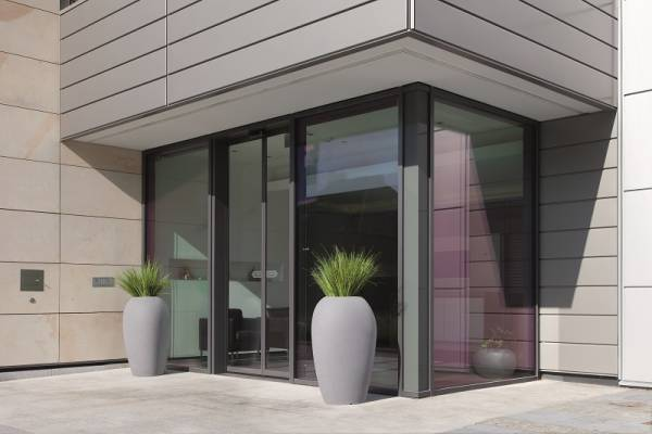 Degardo-Storu V- hohes Pflanzgefäß-Granit dunkel vor Glastür