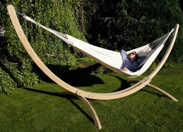 Tuch Hängematte von MacaMex in der Farbe natur, mit Holzgestell im Garten