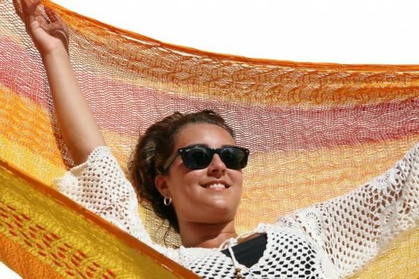 Netz Hängematte mit Frau in gelb - orange