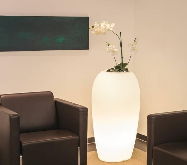Degardo hohes Pflanzgefäß, beleuchtet Inndoor zwischen zwei Sesseln