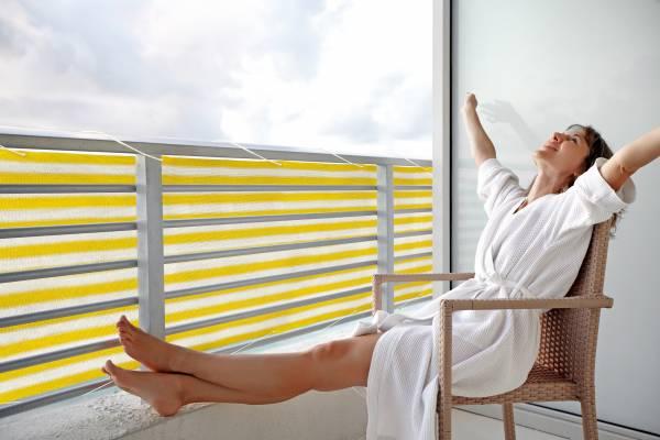 Balkonsichtschutz aus HDPE-Gewebe mit Metallösen und Kordel - Farbe gelb-weiß